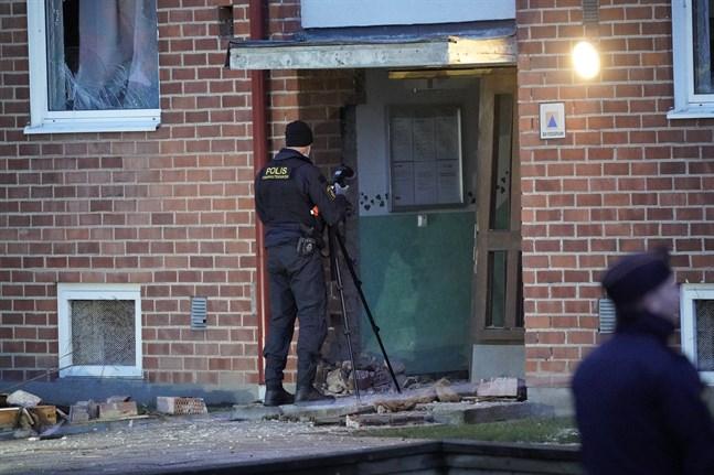MALMÖ, SVERIGE 20210506 Skador på en port och bomb- och kriminaltekniker på plats på Docentgatan. Polisen har upprättat avspärrningar på Nydala i Malmö natten till torsdagen efter larm om flera explosioner. Foto: Johan Nilsson / TT / Kod 50090