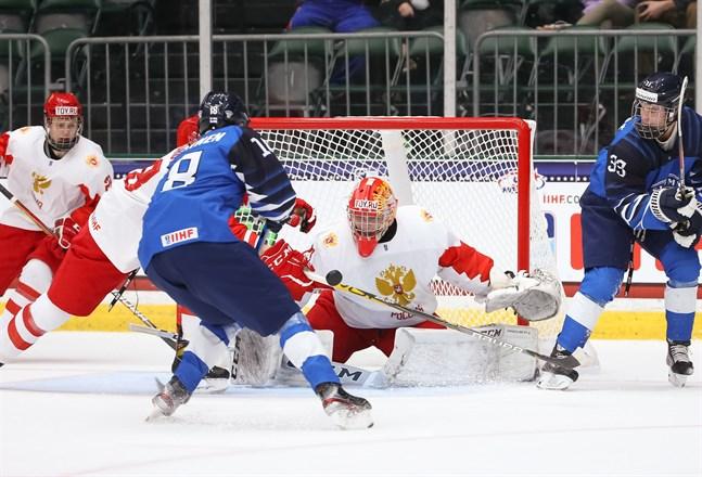 Samu Salminen testar skott mot ryske keepern Sergej Ivanov.
