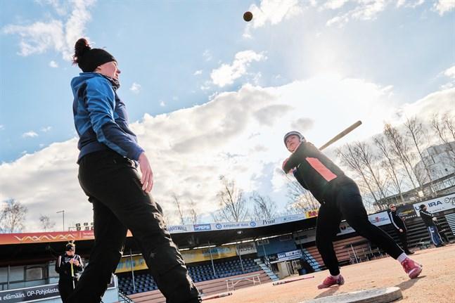 Alexandra Scheweleff (till höger) började spela boboll som sjuåring, efter att hon provat många olika sporter vid villan och fastnat för bobollen.