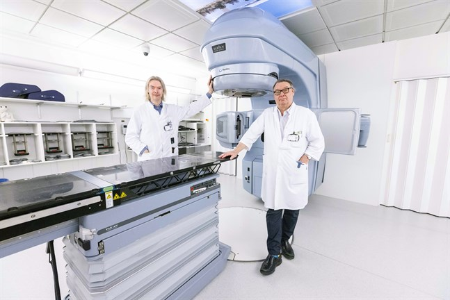 Juha Rajala, överfysiker, och Antti Jekunen, överläkare och ansvarig för cancerkliniken vid Vasa centralsjukhus, ser fram emot att ersätta den här tolv år gamla strålbehandlingsapparaten med en ny.