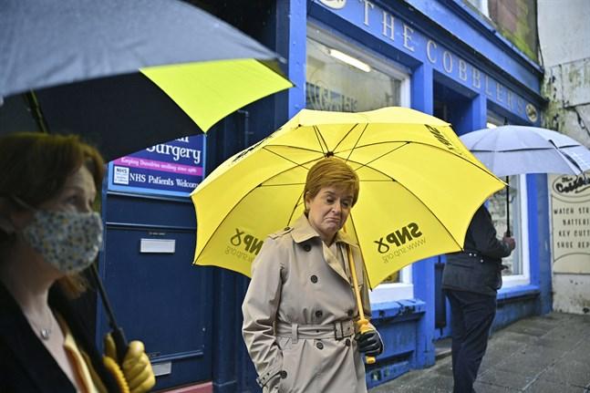 Den skotska ledaren och SNP-ledaren Nicola Sturgeon hoppas stärka sitt mandat i självständighetsfrågan.