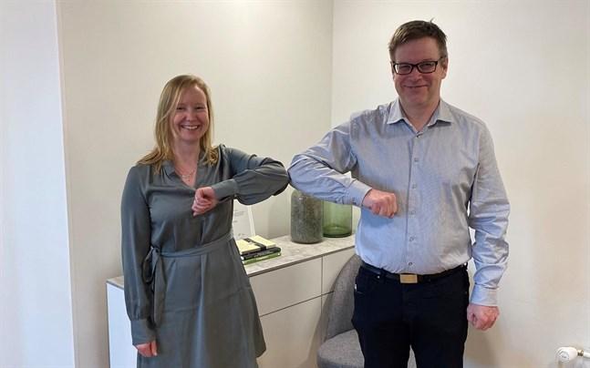 Noogas vd Monica Ahlskog skakar coronavänligt hand med vd:n för Dama Consulting. Jakobstads Nooga har förvärvat Dama Consulting i Närpes.