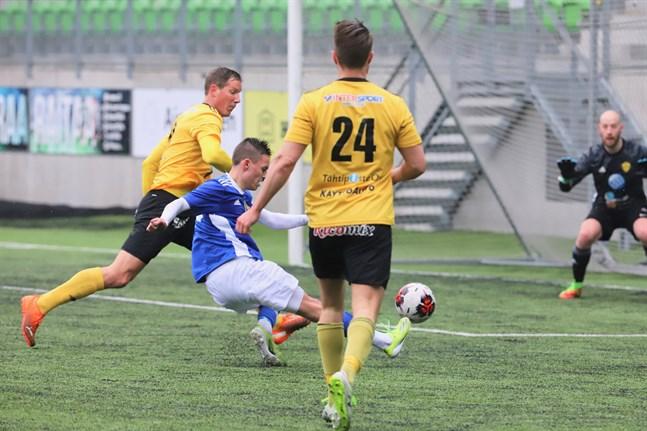 Ville Koskimaa gjorde comeback för fostrarföreningen FC Kiisto och hade en hel del att göra då Vasa IFK höjde tempot. Här jagar han Filip Hiekkanen i eget straffområde.