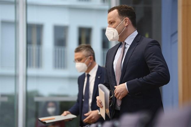 Tysklands hälsominister Jens Spahn (till höger) och smittskyddschefen Lothar Wieler levererar hoppfulla budskap om virusläget i landet.