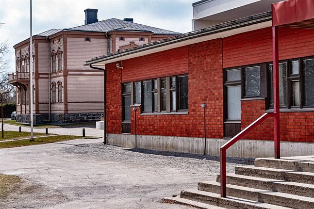 Tegelfastigheten från sent 70-tal föreslås rivas och ersättas med ett nybygge. Residenshuset i bakgrunden ska renoveras både in- och utvändigt, men står sist i turen att åtgärdas på skolområdet.