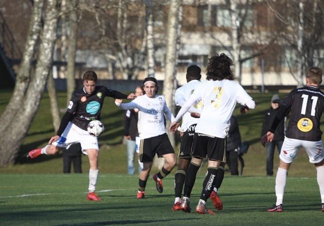 Här för Benjamin Östman JBK till en 2–0-ledning mot SJK Akatemia. Till höger skymtar Kevin Larsson (11).