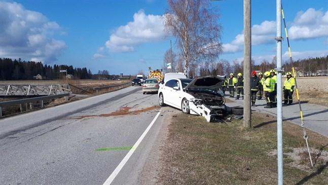 Tre personbilar och en traktor krockade i Rökiö på fredagen.