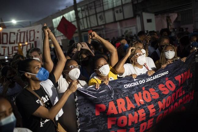 Boende demonstrerar mot polisens blodiga knarktillslag i torsdags, som krävde 25 liv i slumområdet Jacarezinho i Rio de Janeiro.