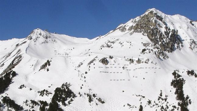 Sju personer har omkommit i laviner i Frankrike. På bilden det 3779 meter höga bergsmassivet Mont Pourri, nära skidorten Les Arcs där tre personer omkom.