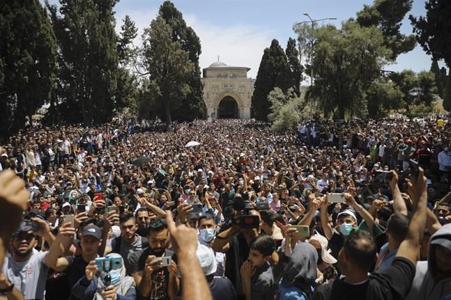 Folk demonstrerar utanför al-Aqsamoskén efter fredagsbönen.