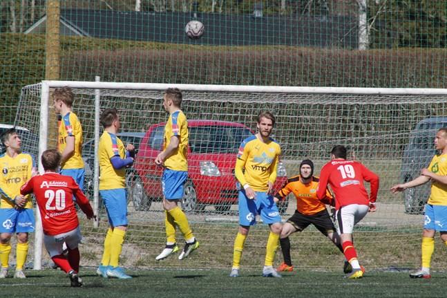 Kraft förde till stor del spelet men Sporting skapade också en hel del chanser i lördagens derby. Här seglar Peter Grannas frispark över Karl-Filip Erikssons mål.