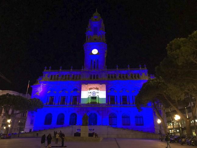 Indiens flagga projicerad på stadshuset i Porto inför lördagens EU-toppmöte, där Indiens premiärminister Narendra Modi deltar via webben.