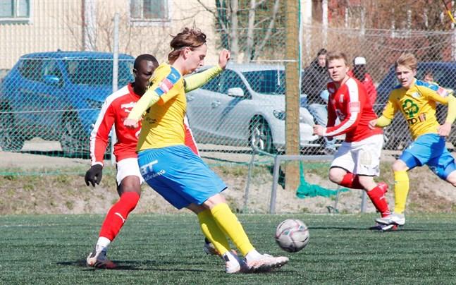 Kim Böling gjorde ett mål för Kraft. Här ställs han mot Sportings Antoine Badjan.