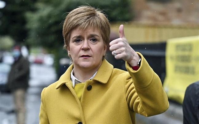 Skottlands försteminister tillika SNP-ledaren Nicola Sturgeon har siktet inställt på självständighet även om partiet inte ser ut att få en egen majoritet.