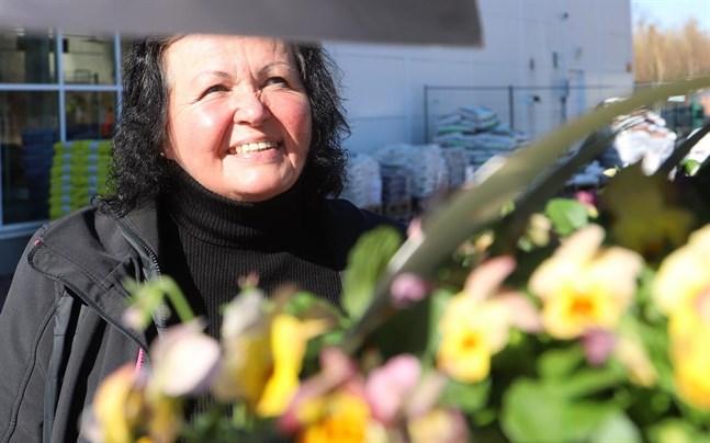 Tiina Kallio var på blomuppköp till Plantagen under lördagsförmiddagen.