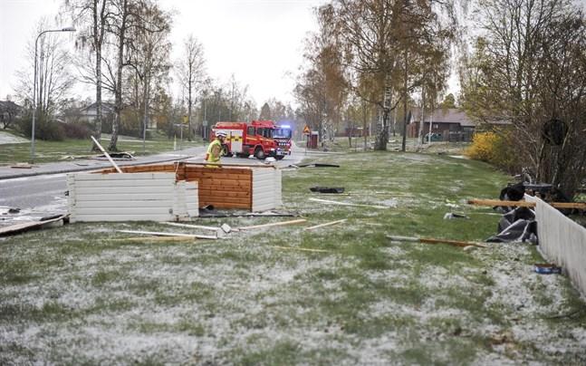 En friggebod totalförstördes efter att ha slitits upp av hårda vindar när ett kraftigt oväder drog in över Grums. En person har förts med ambulans till sjukhus.