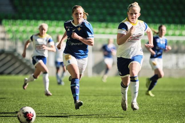 Det var 26 graders värme när TPS och Vasa IFK drabbade samman i Åbo på torsdagen. Bilden på Adelina Ragnäs är från söndagens drabbning mot EBK i Sandviken.