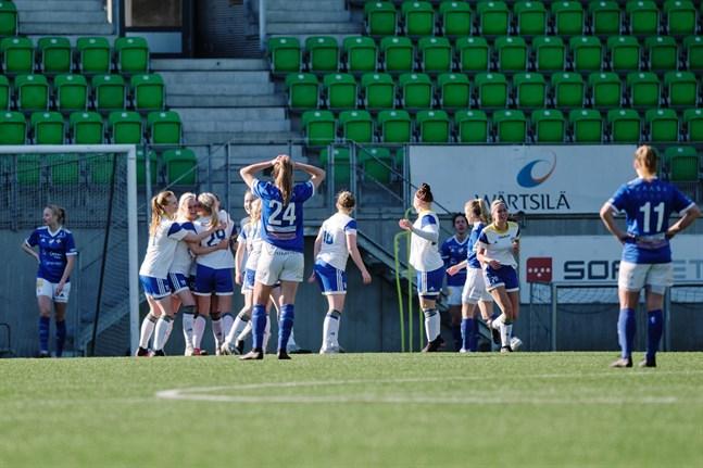 Från eufori till besvikelse för Vasa IFK och tvärtom för EBK. Så såg tilläggsminuterna ut i Sandviken på lördagen.
