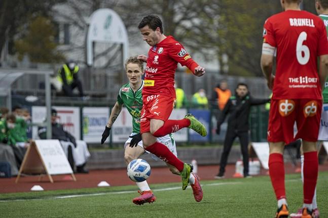 Jaros Juuso Aalto spelade mot sitt tidigare lag Ekenäs, men imponerade inte. Däremot gjorde Akseli Ollila mål i sin comeback i Ekenäs. Johan Brunell gjorde seriecomeback för Jaro efter sin skada.