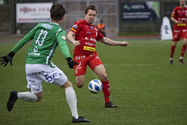 William Lindqvist och Markus Kronholm kämpar om bollen mellan Ekenäs IF och Jaro.