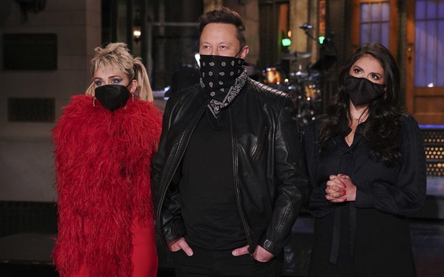 """Elon Musk poserar med artisten Miley Cyrus (vänster) och komikern Cecily Strong (höger) inför helgens """"Saturday Night Live""""."""