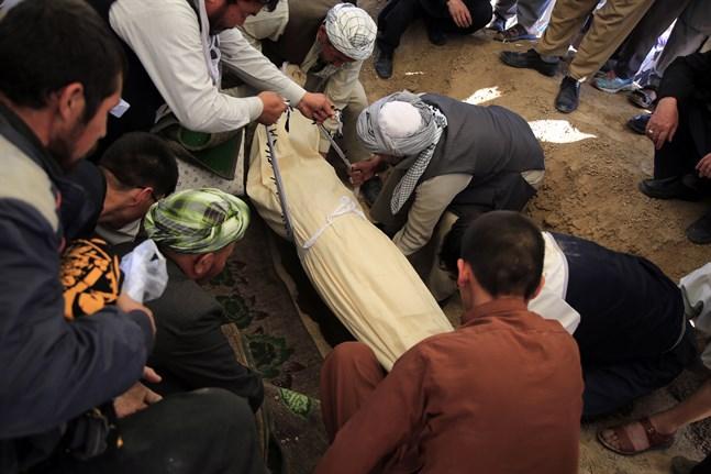 Ett offer för lördagens attack mot en afghansk flickskola begravs i Kabul.