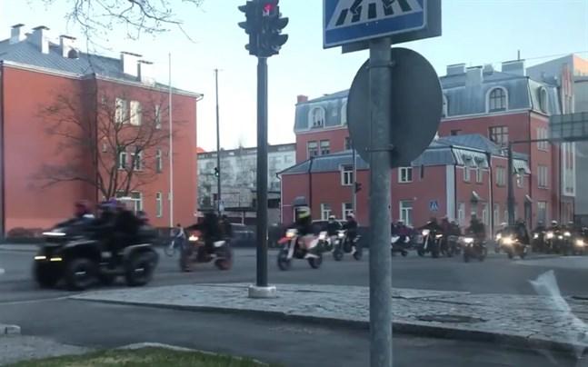 Mopedisterna körde genom Vasa på lördagen.