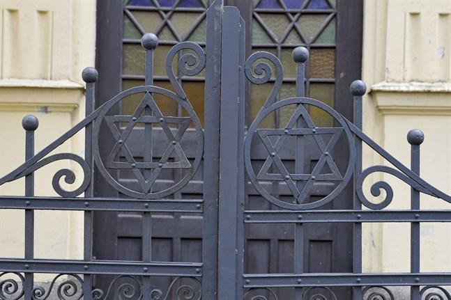 Respondenternas trygghetskänsla påverkas bland annat av skadegörelse. I januari blev synagogan i Åbo nedklottrad med röd färg.
