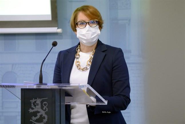 """""""Det gäller att visa tålamod i avvecklingen av restriktionerna. I vissa regioner måste man fortfarande tillgripa tuffa restriktioner för att bromsa smittspridningen"""", säger avdelningschef Satu Koskela på Social- och hälsovårdsministeriet."""
