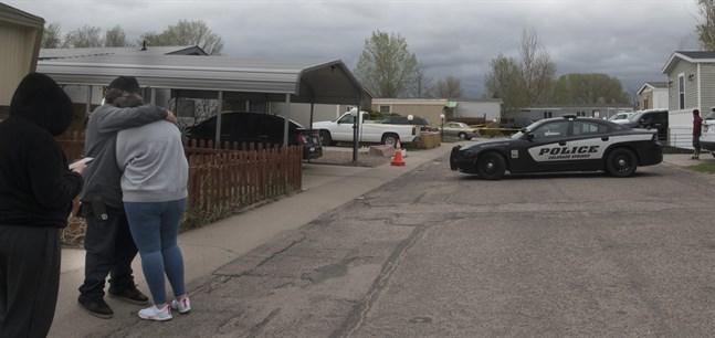 Sörjande samlades på söndagen utanför bostaden där skjutningen ägde rum.