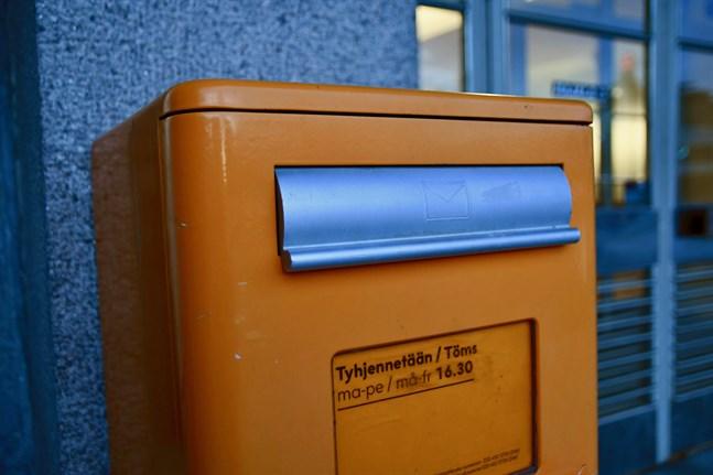 Från och med tisdag blir det allt dyrare att posta kort och brev.