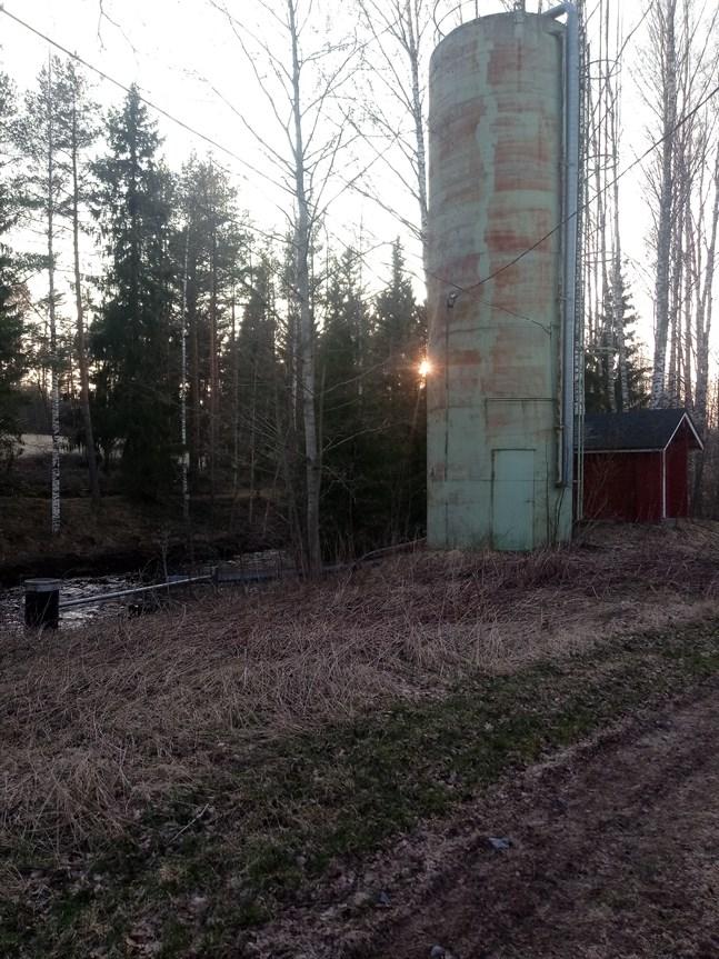 Kalkstationen har en silo som rymmer 60 kubikmeter kalk. Det kostade 200 000 mark att bygga den när det begav sig.