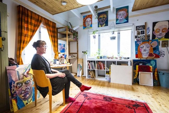 Inkeri Viljanen har sin ateljé i femtiotalshuset i Dragnäsbäck där hon bor.