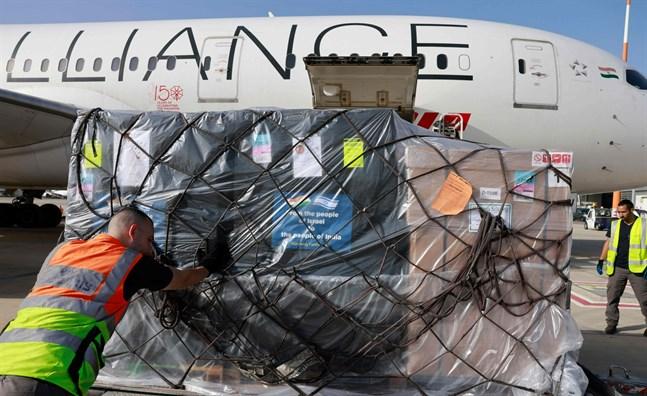 En lång rad länder har skickat coronahjälp till Indien på grund av den kritiska situationen på landets sjukhus. Här lastas syrgasflaskor på ett indiskt flygplan i Tel Aviv i Israel.