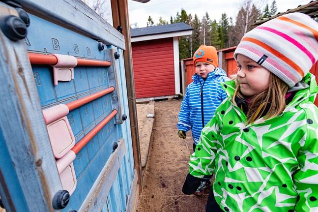 Jeremy Levander och Matilda Ahlö ser fram emot att börja i förskola redan som femåringar och få läsa, rita och räkna. De kan båda redan räkna till 50, påpekar de.