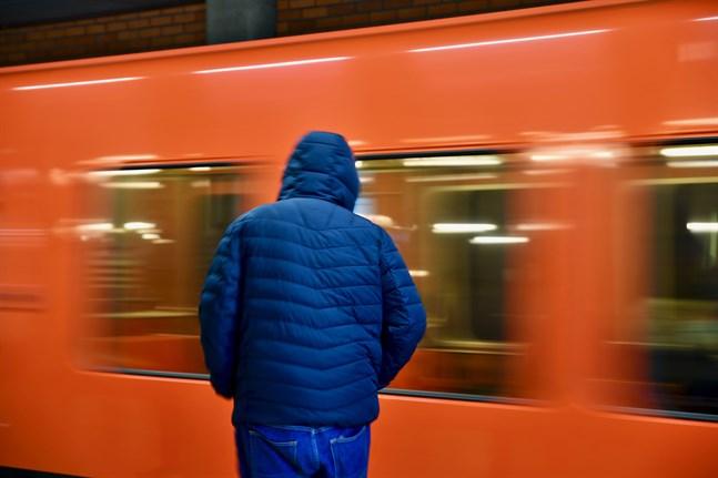 Många invandrare jobbar inom branscher där det är svårt att undvika kollektivtrafik. Enligt Nordregio är det framför allt socioekonomiska faktorer som står bakom smittspridningen i utsatta områden under coronapandemin.