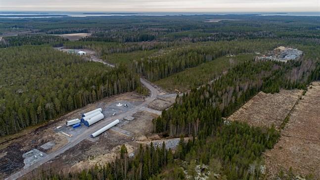 I det som tidigare varit väglöst land på Kröpuln har nya vägar dragits till de sju platserna för lika många vindkraftverk. Tidig höst ska vindkraftverken vara resta och riggade.