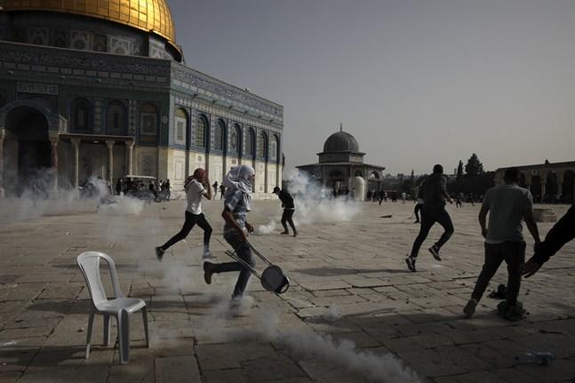 Tårgas vid sammanstötningar framför al-Aqsa-moskén i Jerusalems gamla stad på måndagen.