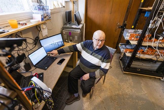 Här, i garaget i Gerby, låter Juha-Veli Korhonen stora visioner växa fram. I bakgrunden syns batterierna som laddas av solceller.