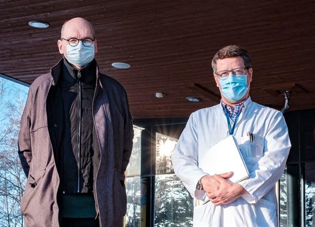 I Österbotten har man inga planer på att trappa ned på smittspårningen i det här skedet. Heikki Kaukoranta, ledande överläkare vid Vasa stad, och Juha Salonen, infektionsöverläkare vid Vasa sjukvårdsdistrikt, har ingen förståelse för regeringens planer.