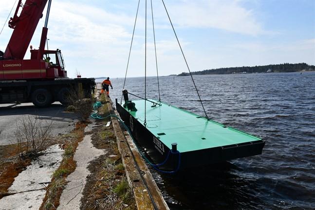 På tisdagen vid 12.30-tiden sjösattes hälften av muddringspråmen Athea i inre hamnen i Kristinestad. Resten åkte i vattnet senare efter att ha avhämtats vid varvet i Björneborg.