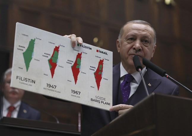 En illustration av de starka åsikterna kring Israel och de palestinska områdena: Turkiets president Recep Tayyip Erdogan håller upp kartor med det historiska Palestina, delningsplanen 1947, läget 1967 och i dag. Bilden togs i början av förra året, då USA lade fram ett nytt försök till fredsplan.