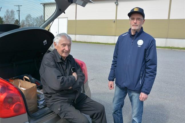 Johan Lassas och Erik Sund är glada över att folk genom alla år donerat papper till insamlingarna.