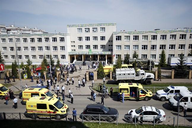 Ambulanser och polisbilar utanför skolan i Kazan efter dådet.