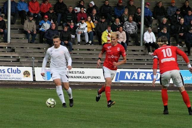 Fotbollstrean kör igång torsdagen den 3 juni. På bild Kaskö IK:s Edis Elkaz och Sportings Elias Rantala samt Michael Kozielek i ett derby på Kristinaplan för två säsonger sedan.