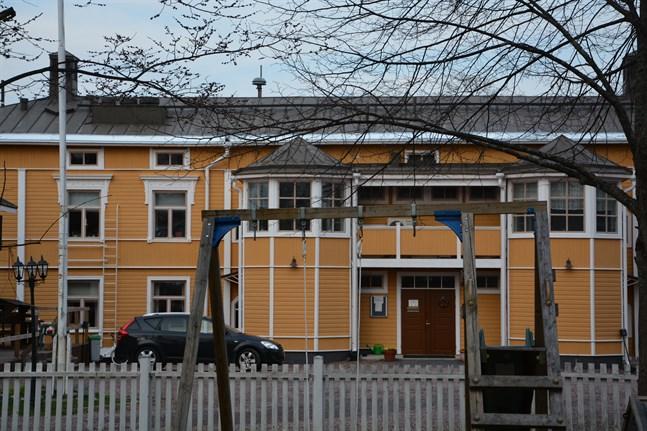 Finska församlingshemmets läckande yttertak måste renoveras i Kristinestad.