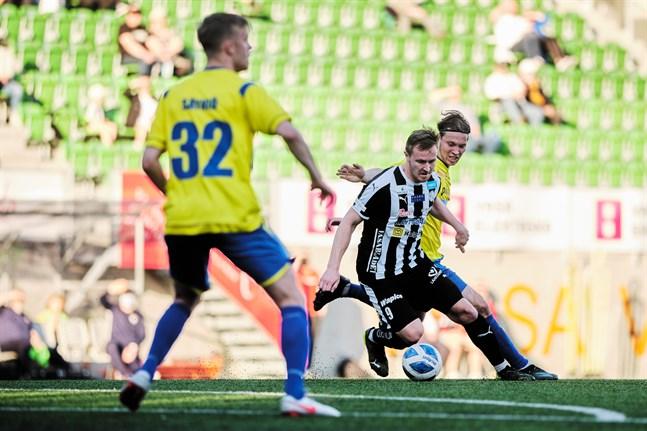 Riku Jääskä, här hemma mot Gnistan, var nära att näta i ett friläge, men lyfte bollen förbi målet.