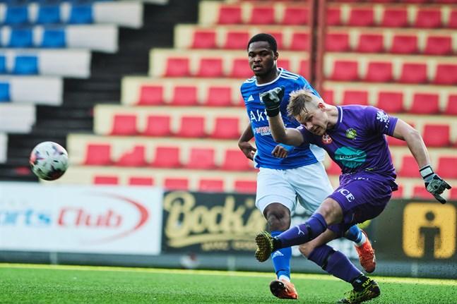 Joas Snellman vaktar målet för JBK i dagens hemmamatch mot FC Vaajakoski klockan 15. Här är han i aktion mot VIFK och Emmanuel Igboeri.