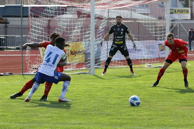 Samuel Anini i Klubi 04 utmanar Tyler Reid i den förra matchen mot Klubi 04, när Krists Gulbis även spelade.
