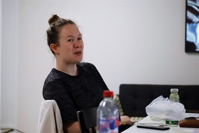 Filmatisering av en teaterpjäs kräver lite omställning i tankarna, säger skådespelaren Tinja Sabel.
